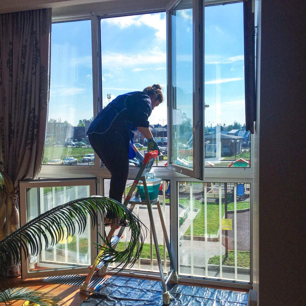 мытье окон на балконе